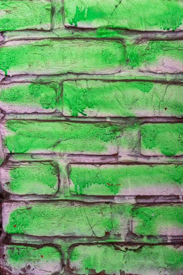 El verde pintó el viejo fondo de la pared de ladrillo foto de archivo libre de regalías