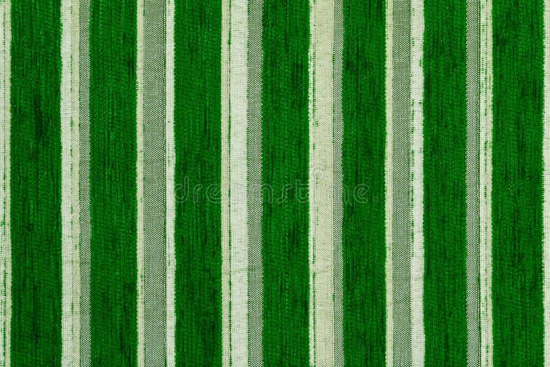 El verde rayó textura y el fondo tejidos sintéticos del primer de la tela de tapicería imagen de archivo