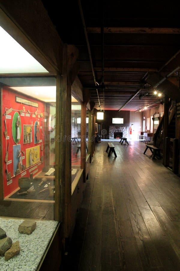 El vestíbulo largo del sitio llenó de las exhibiciones, fuerte William Henry, lago George, Nueva York, 2015 imágenes de archivo libres de regalías