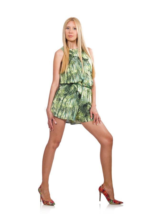 El vestido del cortocircuito del verde de la mujer del pelo que lleva rubio aislado en blanco imagen de archivo libre de regalías