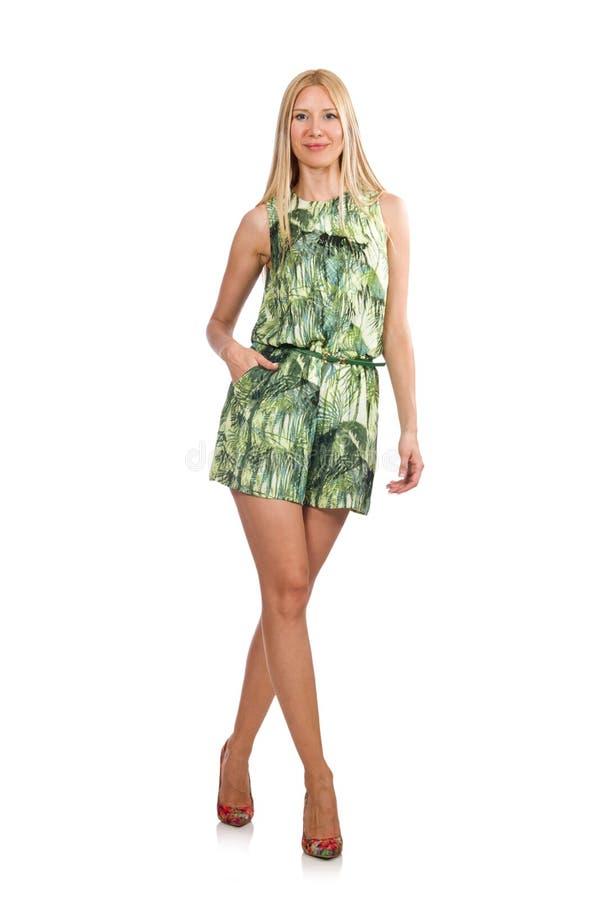 El vestido del cortocircuito del verde de la mujer del pelo que lleva rubio aislado en blanco imagen de archivo