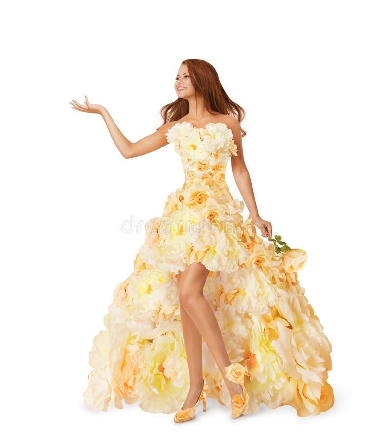 El vestido largo de la flor de la mujer, muchacha hace publicidad de la mano vacía, retrato de la belleza de la moda en el vestid foto de archivo
