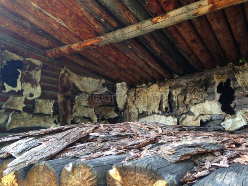 El vestido oculta en el pueblo Secando las pieles animales, la piel se seca naturalmente foto de archivo libre de regalías