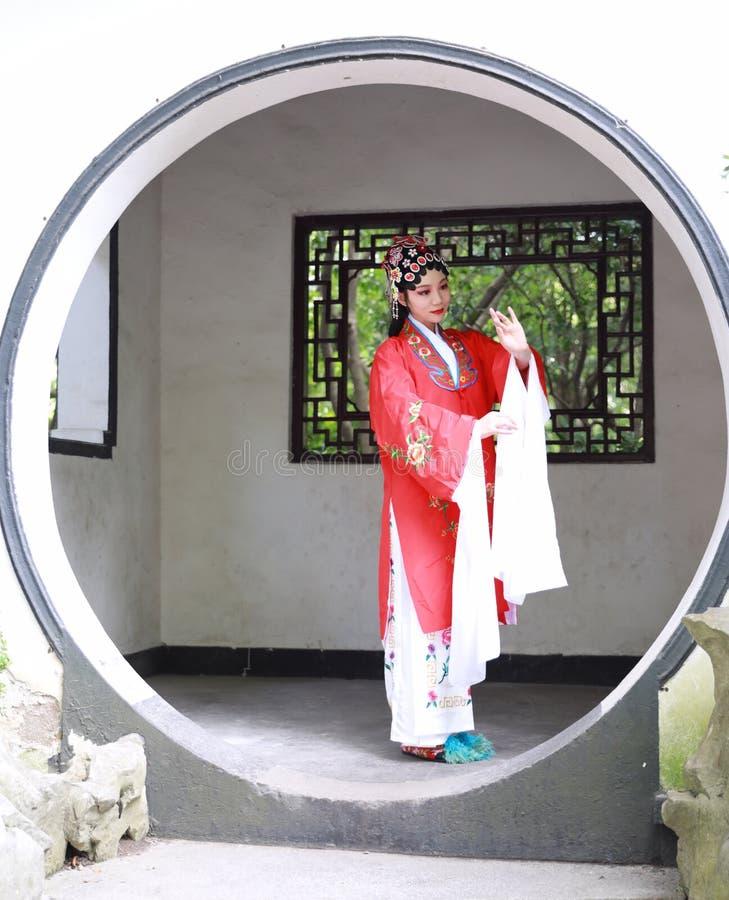 El vestido tradicional del juego del drama de China de Aisa de la actriz de Pekín Pekín de la ópera de los trajes del jardín chin fotos de archivo libres de regalías