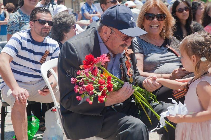 El veterano de la guerra mundial habla con la niña fotos de archivo