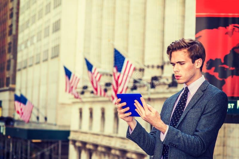 Download El Viajar Americano Del Hombre De Negocios, Trabajando En Nueva York Foto de archivo - Imagen de varón, ceño: 100535786
