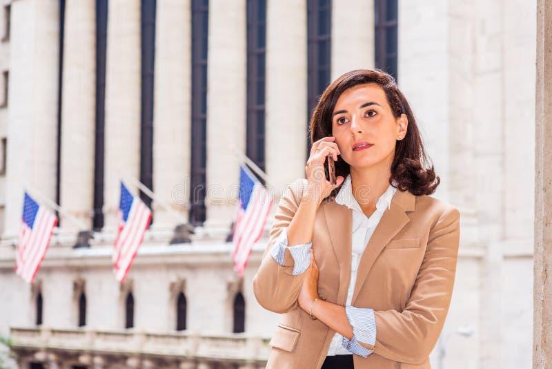 El viajar americano joven de la mujer de negocios, trabajando en Nueva York CIT foto de archivo