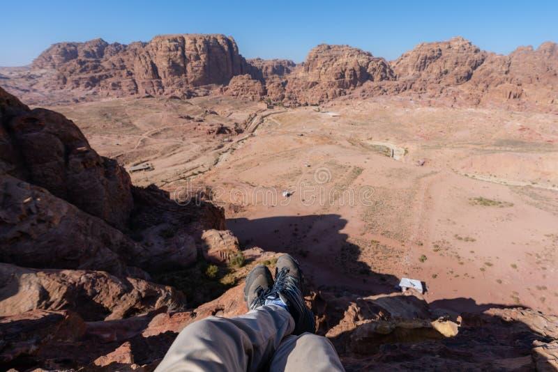El viajar, caminando y aventurero en el viajero de Oriente Medio del desierto que disfruta de la opini?n de alto ?ngulo del paisa imagen de archivo
