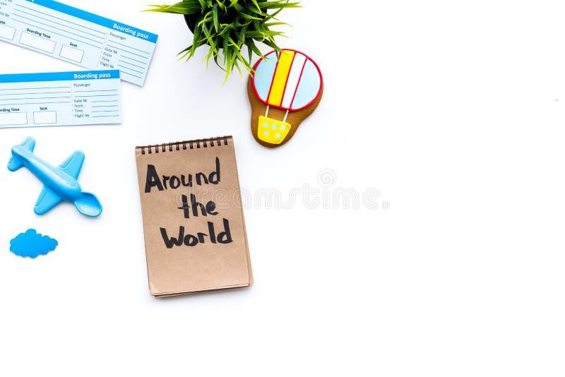 El viajar con concepto del niño Juguete de Airplan, galleta del balón de aire, boletos airplan En todo el mundo letras de la mano imágenes de archivo libres de regalías