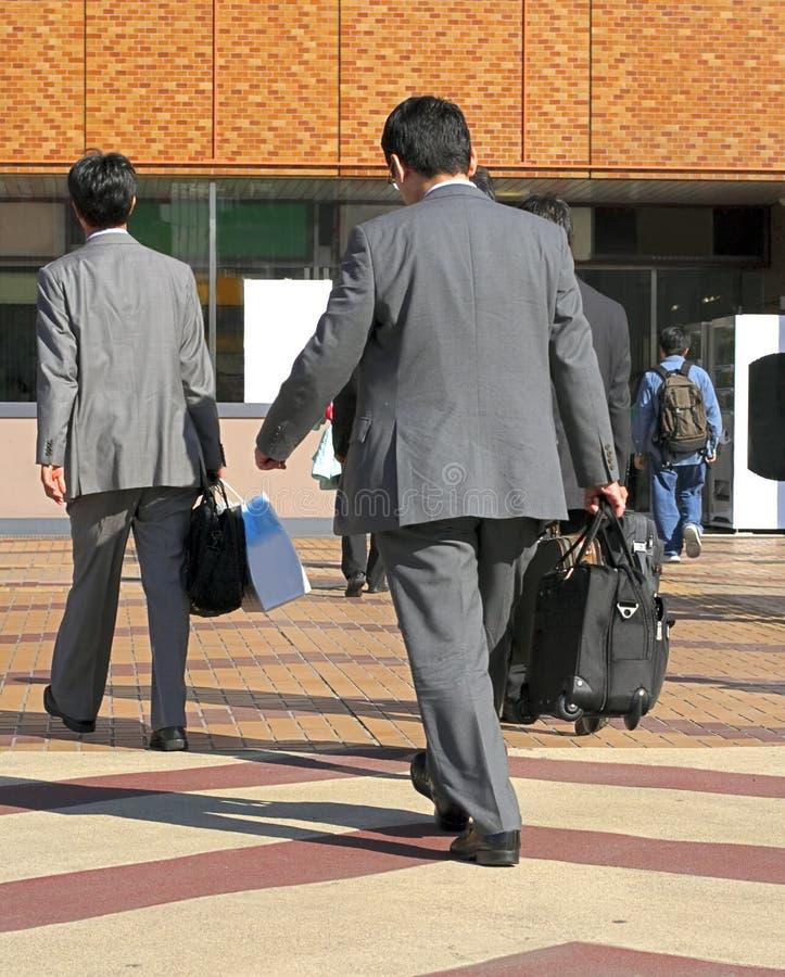 El viajar de los hombres de negocios imagen de archivo libre de regalías