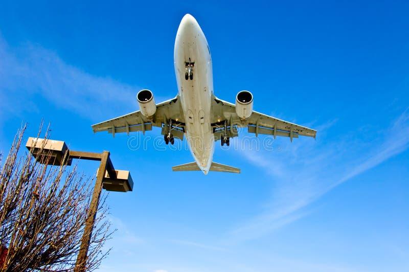 El viajar del aeroplano del avión de pasajeros foto de archivo