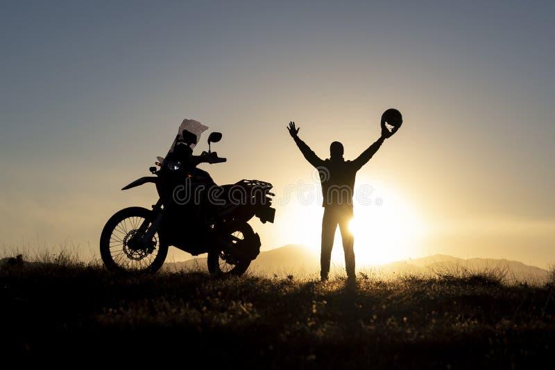 El viajar del hombre y sorpresa de la salida del sol foto de archivo libre de regalías