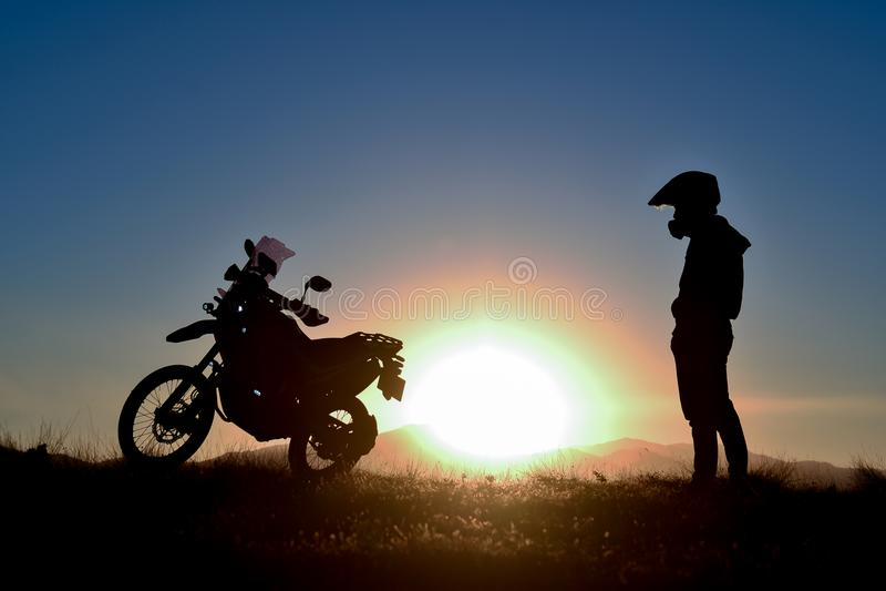 El viajar del hombre y sorpresa de la salida del sol fotografía de archivo libre de regalías