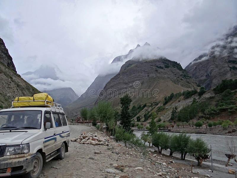 El viajar en coche a través del Himalaya imágenes de archivo libres de regalías