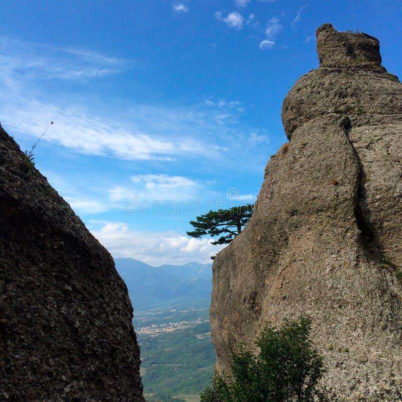 El viajar en las montañas fotos de archivo