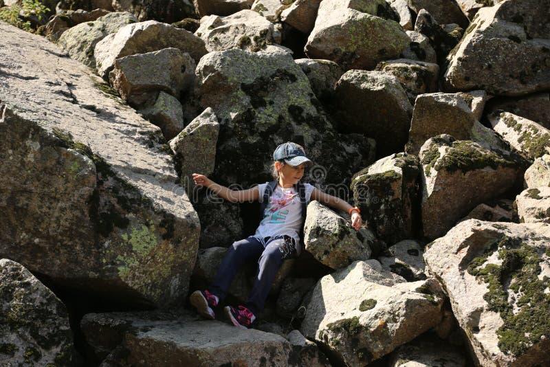 El viajar en las monta?as foto de archivo libre de regalías