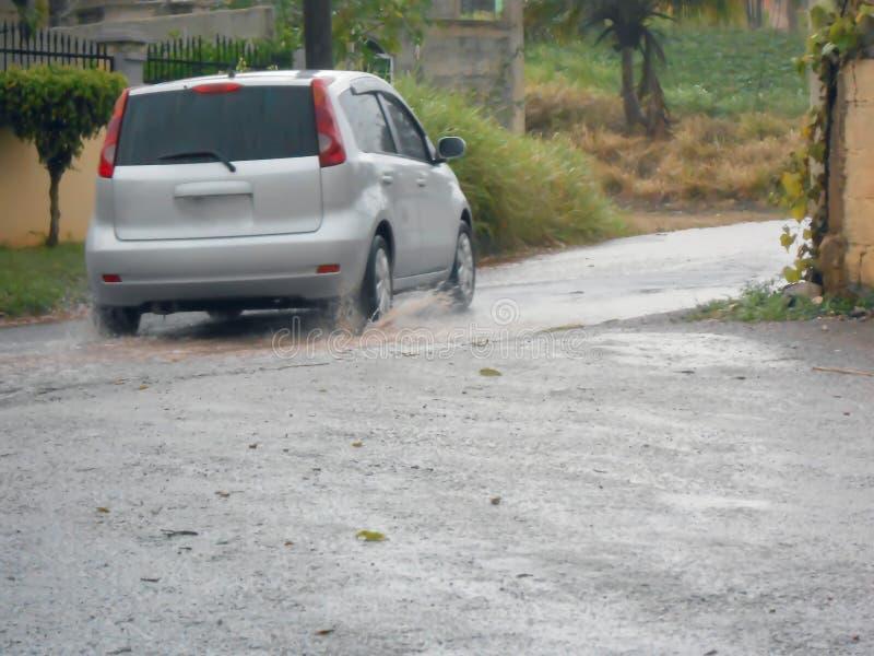 El viajar en Raod mojado después de una asignación del aguacero archiva imagenes de archivo
