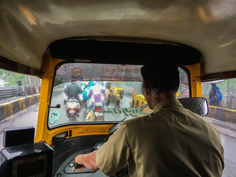 El viajar en riksha auto en monzón al maharashtra de Netivali Bailbazar Kalyan foto de archivo