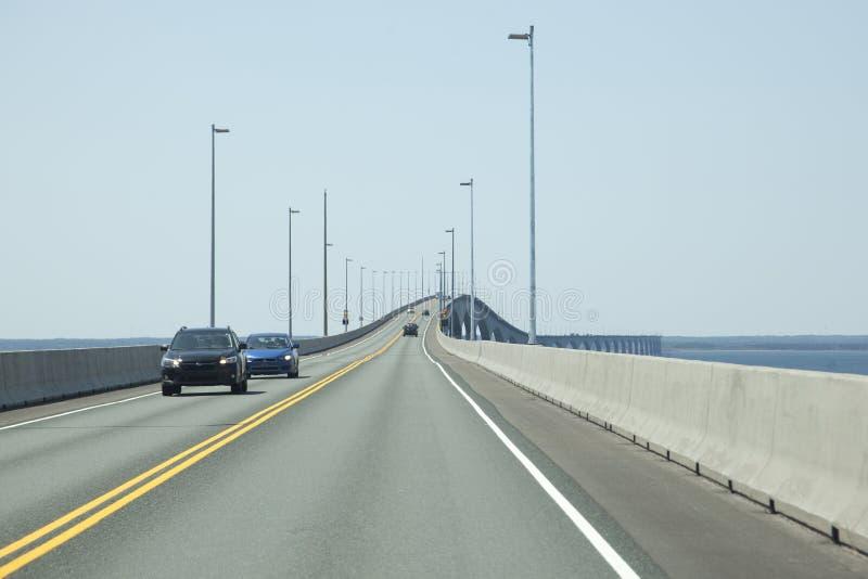 El viajar horizontal a través del puente de la confederación foto de archivo libre de regalías