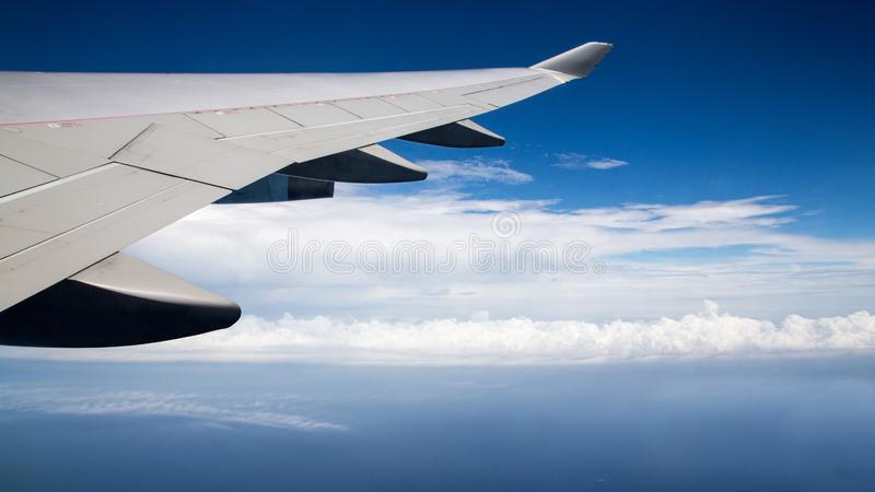 El viajar por el aire Ala plana en vuelo Cielo hermoso y nubes maravillosas fotos de archivo