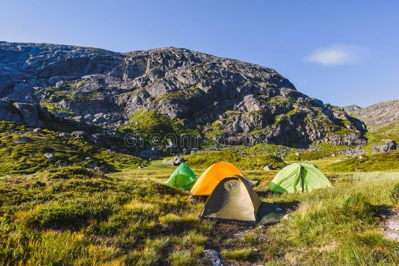 El viaje en la manera a la piedra del kjerag en las montañas kjeragbolten de Noruega, reflexión de árboles en el lago en los sole imagen de archivo