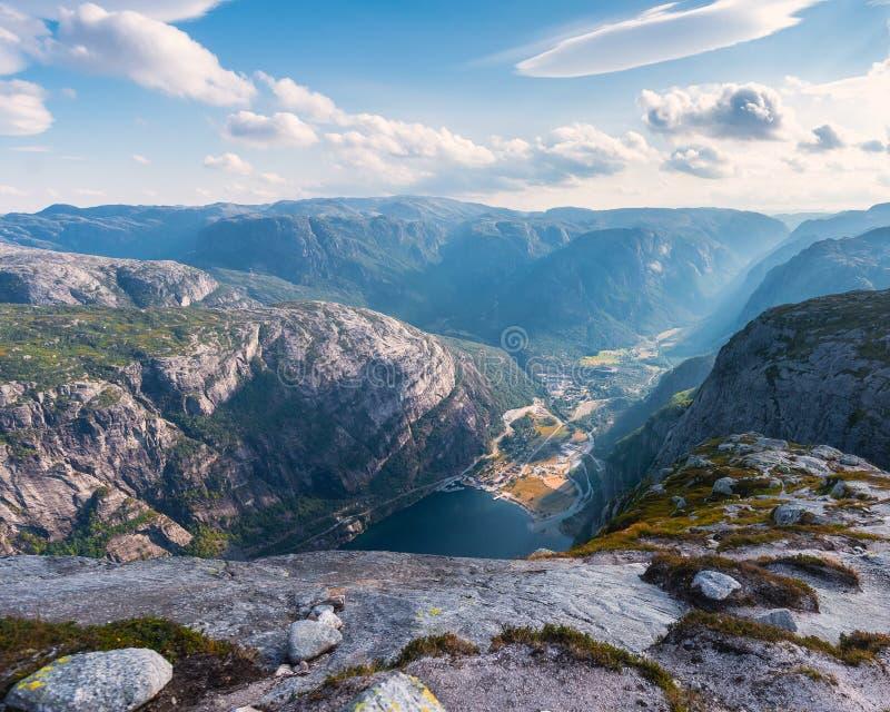 El viaje en la manera a la piedra del kjerag en las montañas kjeragbolten de Noruega, reflexión de árboles en el lago en los sole imagenes de archivo