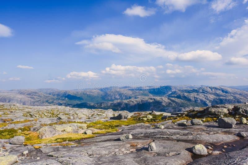 El viaje en la manera a la piedra del kjerag en las montañas kjeragbolten de Noruega, reflexión de árboles en el lago en los sole fotos de archivo libres de regalías