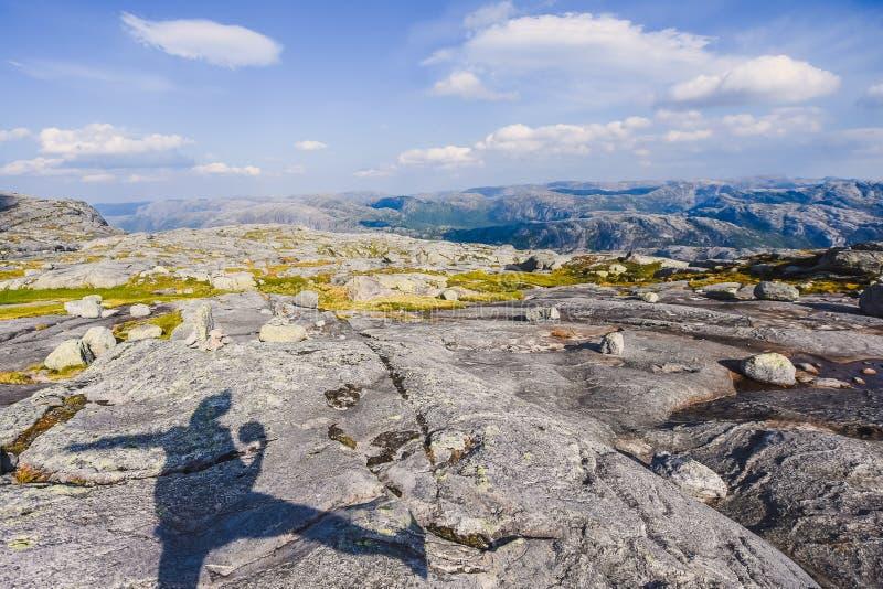 El viaje en la manera a la piedra del kjerag en las montañas kjeragbolten de Noruega, reflexión de árboles en el lago en los sole fotografía de archivo