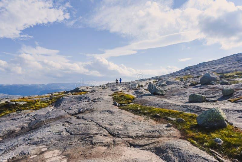 El viaje en la manera a la piedra del kjerag en las montañas kjeragbolten de Noruega, reflexión de árboles en el lago en los sole foto de archivo libre de regalías