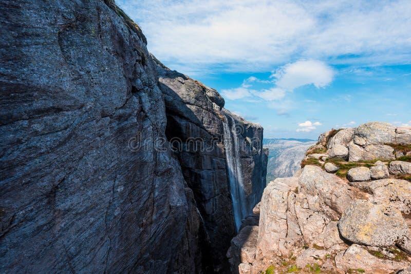 El viaje en la manera a la piedra del kjerag en las montañas kjeragbolten de Noruega, reflexión de árboles en el lago en los sole fotos de archivo