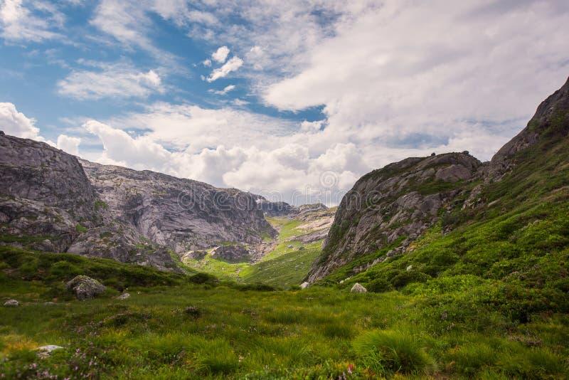 El viaje en la manera a la piedra del kjerag en las montañas kjeragbolten de Noruega, reflexión de árboles en el lago en los sole fotografía de archivo libre de regalías