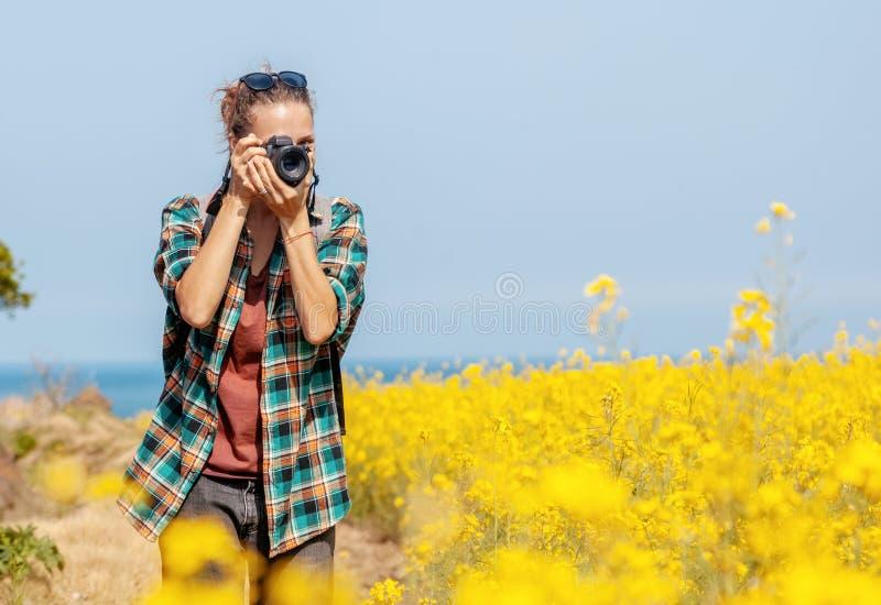 El viaje a la isla de Jeju, Corea del Sur, un turista de la chica joven camina en un día de primavera Viaje a Asia fotos de archivo libres de regalías
