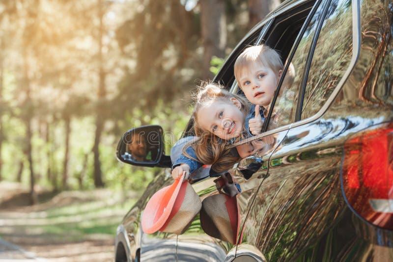 El viaje por viaje de la familia del coche junto vacation imagen de archivo