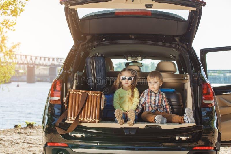 El viaje por viaje de la familia del coche junto vacation fotos de archivo