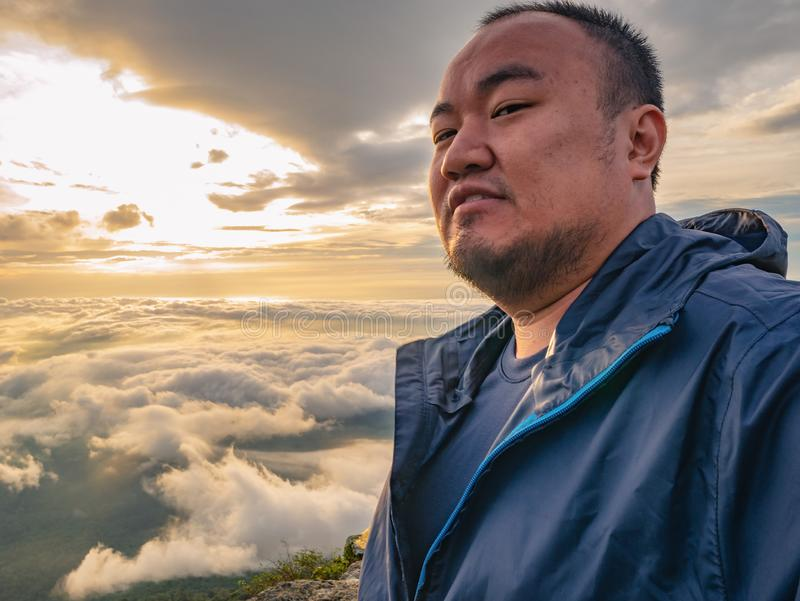 El viajero asiático toma un Selfie con el cielo hermoso de la salida del sol fotografía de archivo libre de regalías