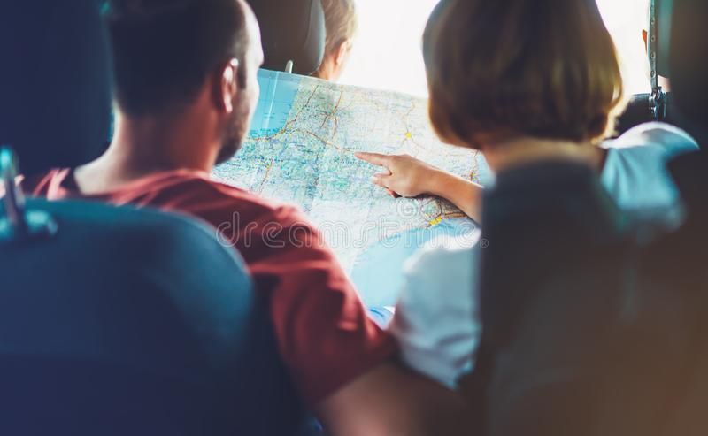 El viajero de dos turistas junto se sostiene en el camino turístico de la manera de la cartografía, de la opinión y del plan de E imagen de archivo libre de regalías