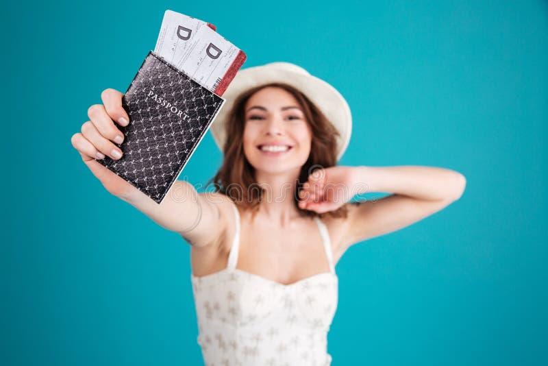 El viajero de la muchacha en verano viste mostrar el pasaporte con los boletos foto de archivo libre de regalías