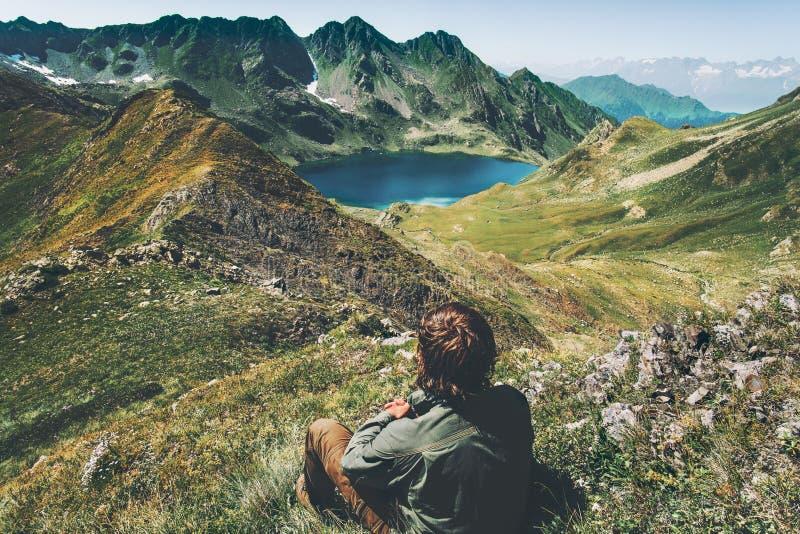 El viajero del hombre vaga lago azul en la opinión aérea de las montañas imágenes de archivo libres de regalías