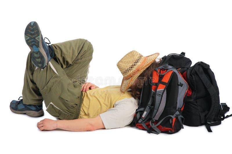 El viajero en sombrero de paja miente en el morral y duerme imágenes de archivo libres de regalías