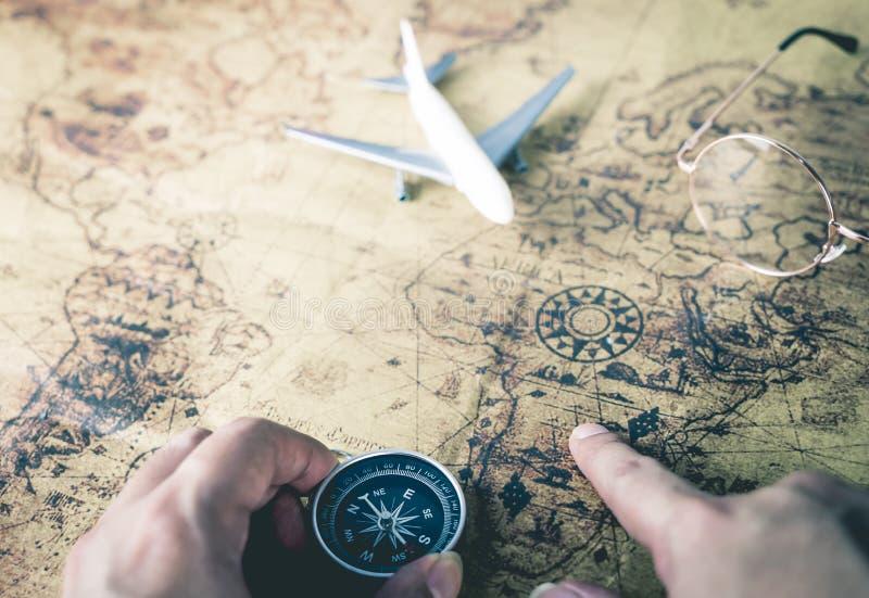 El viajero está utilizando el mapa del compás y del vintage foto de archivo libre de regalías