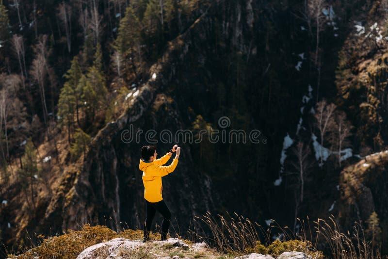 El viajero fotografía la naturaleza en las montañas en el teléfono fotografía de archivo