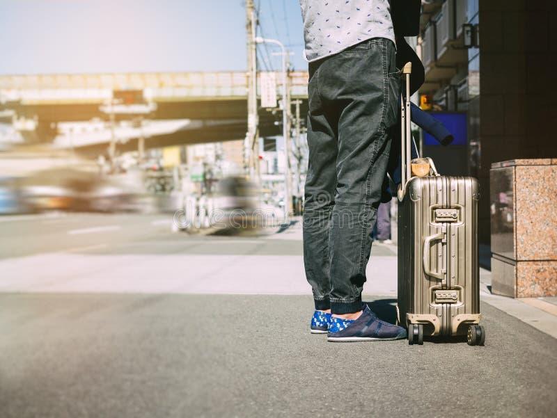 El viajero lleva a gente de la calle de la ciudad del equipaje viaja concepto imagen de archivo