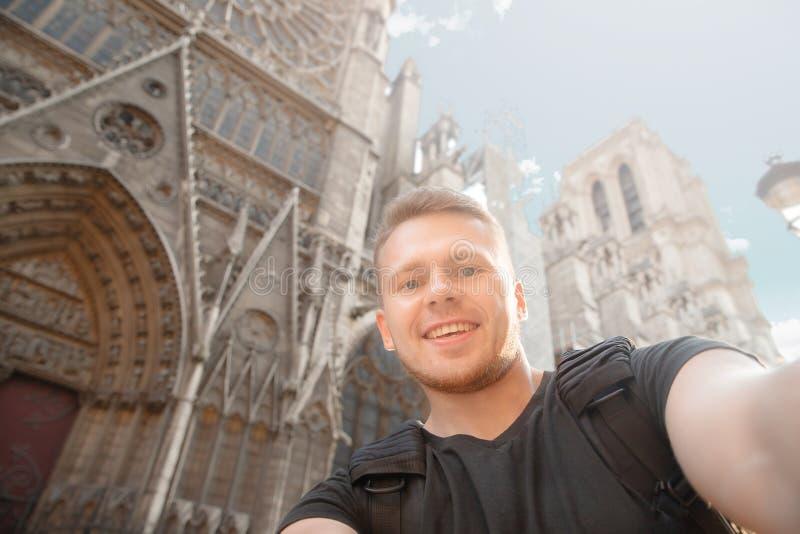 El viajero masculino hace la foto del selfie en el fondo del edificio en Francia, París foto de archivo