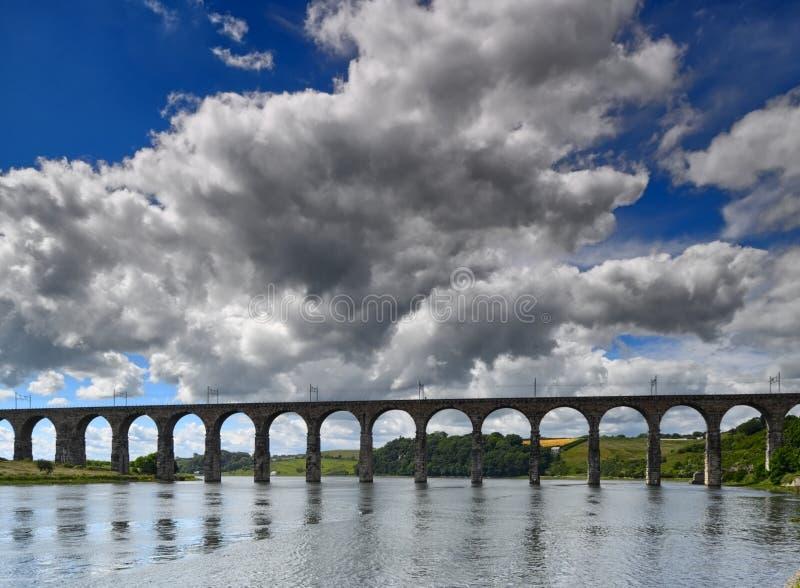 El Victorian arqueó el puente ferroviario en el tweed del río fotos de archivo