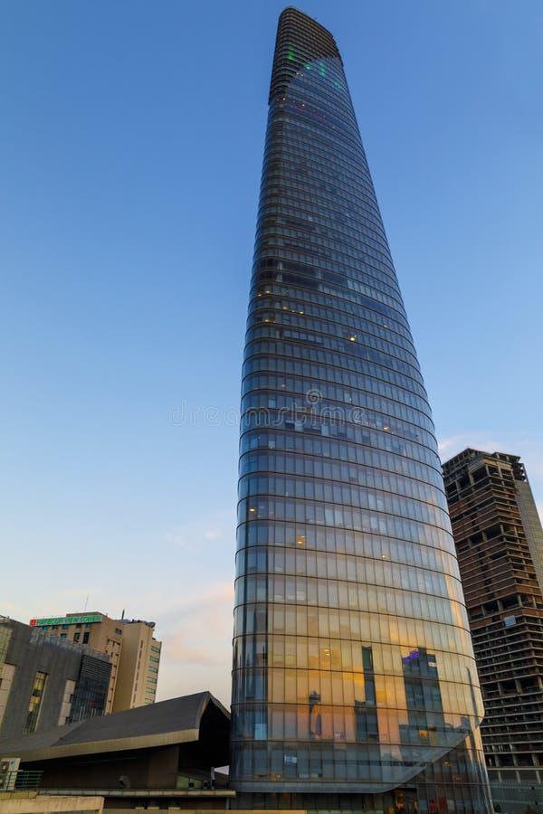 El vidrio alto hizo el rascacielos por la tarde en Saigon, Vietnam imagenes de archivo