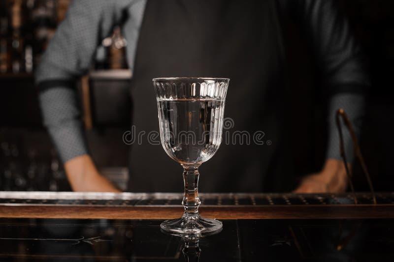 El vidrio de cóctel llenó de la bebida alcohólica en el contador de la barra fotos de archivo