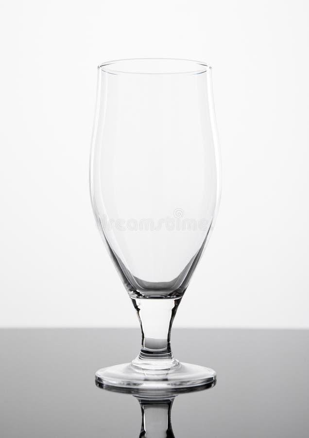 El vidrio de cerveza vacío aisló el tablero negro del ob elegante imágenes de archivo libres de regalías