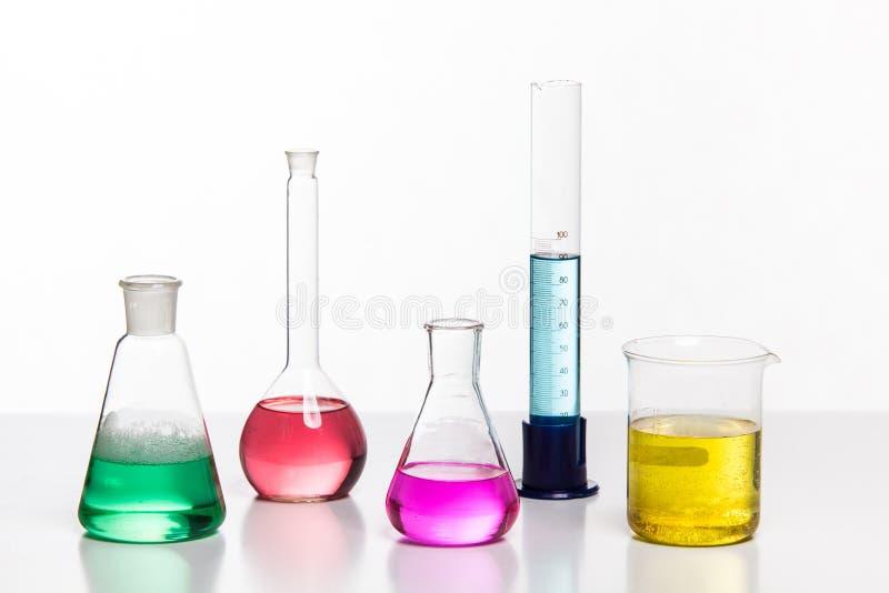 El vidrio en un laboratorio químico llenó del líquido coloreado durante fotos de archivo