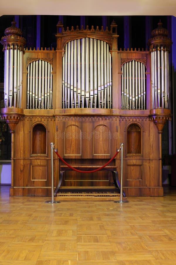El viejo órgano del tubo de madera masivo con el metal transmite foto de archivo libre de regalías