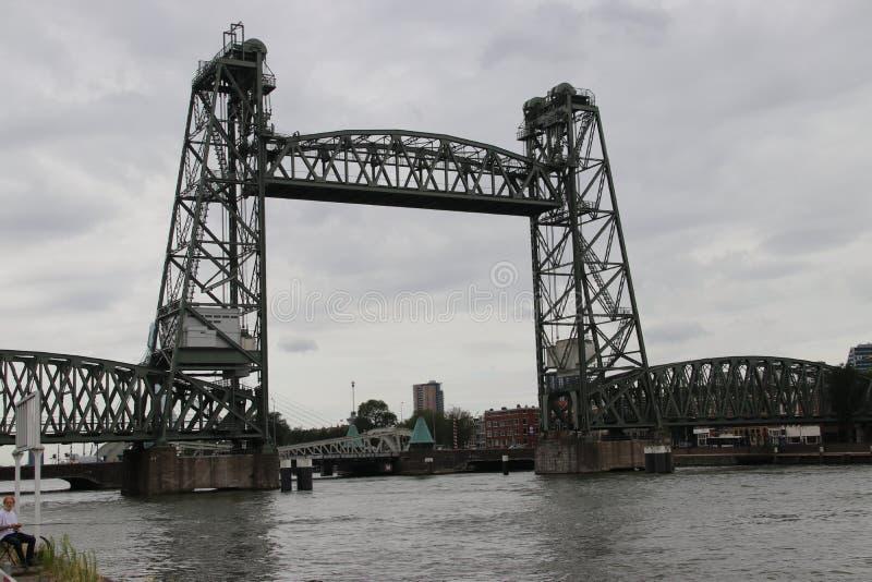 El viejo brigde vertical de la elevación nombró el ` de Hef del ` en el centro de ciudad de Rotterdam, que era un puente ferrovia imagenes de archivo